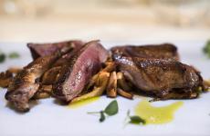 Piccione in casseruola con funghi galletti: il piatto dell'estate di Anna Rita Simoncini