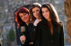Gigliola Giannetticon le figlieViolaeSofia: insieme conducono la Vineria Le Potazzine aMontalcino (Si)