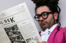 Francesco Secci, ideatore di Dek e Shark, con in mano il menu del suo bistrot
