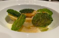 Bottoni di pasta fresca ripieni di cassoeula con spuma di patate ratte e chips di verza: uno dei piatti del nuovo menu degustazione di Mattia Molteni