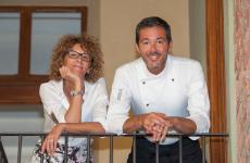 Davide Palluda con la sorella Ivana, gran signora della sala e della (fornitissima) cantina de All'Enoteca di Canale, in Piemonte