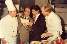 Una foto del 1985: seconda edizione di Europa a Tavola, Gualtiero Marchesi legge la ricetta delPiatto unico europeo di Alfons Schuhbek(il primo a destra), astro nascente tedesco, al sudtiroleseAndreas Hellrigl(grandissimo chef, ai ristoranti Andrea e Villa Mozart, entrambi a Merano) e a Remy Krug, patron della famosa maison dello champagne