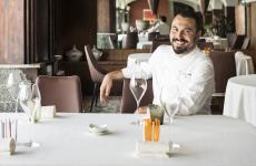 Riccardo Bassetti è lo chef de La Tavola, ristorante stellato sulla sponda lombarda del lago Maggiore, all'interno dell'hotel di famiglia, Il Porticciolo, a Laveno Mombello (Varese)