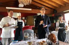 A sinista, Chicco Cerea del ristoranteDa VittoriodiBrusaporto, Bergamo con il presidente diHanamaruki, azienda giapponese che sta lanciando il condimento shio koji sul mercato italiano