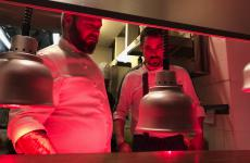STARDUST. Matteo Torretta and Federico Comi, chef and executive chef at the pass of restaurant Essenza in Milan, one Michelin star under the direction of Eugenio Boer. The latter chef left a few days after the prize arrived. Starting in January, the restaurant will have a new name and offer: 100 seafood. And Torretta will not leave Asola