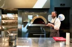 Simone Padoan al forno del suo I Tigli. Il maestro pizzaiolo ha inaugurato una nuova fase nella quale vuole puntare tutto sulla semplicità