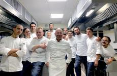 Alfio Ghezzi con gli allievi dell'Alma durante la cena di fine corso
