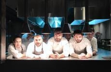 Enrico Croatti, al centro, con la sua brigata (il sous Luca Pilia è alla sua destra): lo chef ha aperto il suo nuovo locale, Moebius, a Milano. Tutte le foto sono di Tanio Liotta