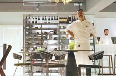 Giacomo Caravello dietro alla vetrina esterna del suo ristoranteBalìce di Milazzo, del quale è giovane chef e patron