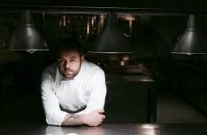 Vito Pastore al pass del suoL'Antico Torchio, ristorante gastronomico a Loreto Aprutino (Pescara), all'interno del castello Chiola