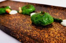 Gnocchiall'aglio orsino grigliati, crema di Formadi Frante gel diramandolo: la ricetta primaverile di Ilija Pejic