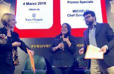 Al centro, Martina Caruso, 29 anni, chef del ristorante Signum a Malfa, Isola di Salina (Messina). E' suo il premio Michelin Chef Donna 2019 by Veuve Clicquot, conferitole al The Yard Hotel di Milano. Succede a Fabrizia Meroi (2018) e Caterina Ceraudo (2017). Nella foto, è con i giornalisti Fernanda Roggero e Luca Iaccarino, presentatori della serata