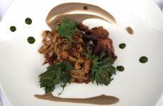 Fusilli con polpo affogato e crema di fagioli butirri diFumikoSakai, nuova chef giapponese al timone del ristorante deIl Bikini a Vico Equense (Napoli)