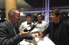 Gianni Morandi l'altro giorno sulla terrazza di Identità Expo S.Pellegrino, mentre si fa servire dal bartender Fabiano Omodeo unflûte di bollicine rosé