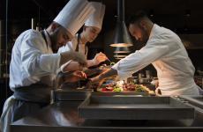 Enrico Croatti, adestra, col suo sous chef Luca Pilia alla cucina del Moebius a Milano
