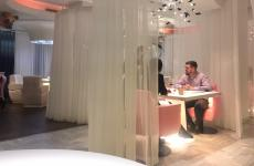 Uno scorcio della sala di DiverXO: sulla sinistra, il maiale volante