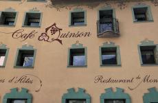 La nuova facciata del Cafè Quinson di Morgex (Aosta): l'ha firmata l'artista aostana Chicco Margaroli(foto di Elisa Pella)