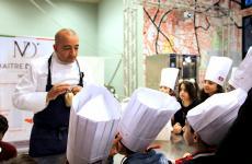 Pino Cuttaia mentre spiega ai bambini l'importanza del no-spreco in cucina (tutte le foto sono di Angela Amoroso)