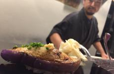 Masashi Suzuki, 40 anni, davanti a un sushi alla melanzana appena sfornato. Con la signoraHemmi Hikari, l'ex sushi master di Finger's Garden ha aperto nel gennaio scorso Sol Levante, un minuscolo, classico e perfetto sushi bar in via Lambro 11, zona Porta Venezia a Milano, telefono +39.02.45476502