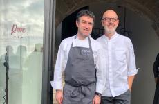 Josean Alija e Franco Pepe davanti all'entrata del Pepe in Grani di Caiazzo. Lo chef del Nerua di Bilbao è stato protagonista, col padrone di casa, del secondo appuntamento con Authentica Stellata, ciclo di serate speciali con grandissimi nomi della cucina internazionale, impegnati a interagire con l'arte bianca di Pepe