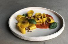 I Paccheri al pomodoro, zafferano e mandorle diGiulia Scialanga,Sara Nicolosi,Cinzia De Lauri, titolari del bistrot vegetarianoAltattoa Milano