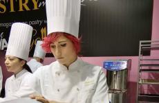 La giovane pasticciera Francesca Chiricosta si racconta. Dopo una importante e formativa esperienza al fianco di Fabrizio Fiorani, pastry chef al ristoranteLuca Fantin al Bulgari Ginza Tower, è pronta per una nuova avventura milanese, come responsabile della pasticceria della storica insegna Taveggia
