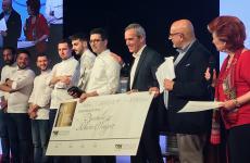 Al centro, Alberto Francesco Wengert con Alfredo Pratolongo, presidente della Fondazione Birra Moretti, che consegna al vincitore l'assegno da 10mila euro di primo premio