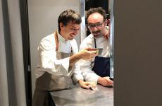Gianluca Gorini e Paolo Lopriore, in un momento di relax (al telefono con un altro chef, Diego Rossi di Trippa) nella cucina di Identità Golose Milano