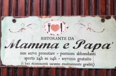 Una scherzosa targa affissa alla porta di un'abitazione di ustica. In realtà sull'isola sono tanti gli indirizzi dove mangiare cose buone (foto Passera)