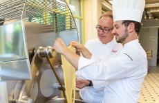 Lo chef-patron del bistellato Antica Corona Reale di Cervere, Gian Piero Vivalda, con il suo pastry chefLuca Zucchini, al lavoro all'AtelieReale