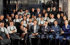 Claudio Liu col team del suo Iyo di Milano, il primo ristorante di cucina non italiana a ricevere la stella Michelin nel nostro Paese, nella guida 2015. Imprenditore di successo, Liu ci racconta cosa progetta per la riapertura dei suoi locali, non solo Iyo ma anche Iyo Aalto e Aji, l'indirizzo per ildelivery, già funzionante