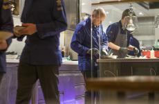 Lo chef Heinrich Schneider al lavoro nella cucina del suo Terra, due stelle a Sarentino (Bolzano)
