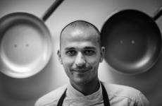 Alessandro Rapisarda, 30 anni: nella sua carriera è passato da importanti insegne comePiazza Duomo ad Alba, Martin Berasategui a San Sebastian, Le Moulin de Mougins a Mougins
