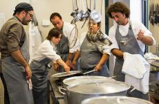 Giovanni Cuocci, to the right, at work in the kitchen of Lanterna di Diogene (photo by Giuseppe Valsecchi)