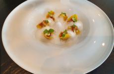 Raviolo di Genovese, pollo, mela verde, brodo di gallina al parmigiano: il piatto dell'estate di Savio Perna