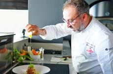 Lino Scarallo, napoletano, classe 1973. Nel 2008, con la stella conquistata a Palazzo Petrucci, è stato il primo chef a portare il riconoscimento Michelin a Napoli città