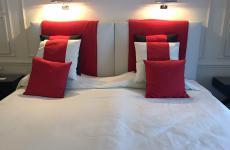 Il letto matrimoniale che troneggia nella stanza 204 dell'hotel Lord Byron a Forte dei Marmi in Versilia