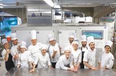 Lucca Cantarin con il suo staff, alla pasticceria Marisa di San Giorgio delle Pertiche (Padova). Le foto sono di Matteo Lonati