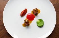 Lingua di manzo, pesto di menta, crema di peperone, olio di peperone alla brace: il piatto dell'estate di Luigi Lepore