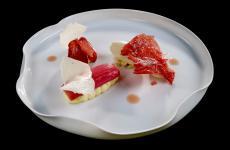 Cremoso alla torta di riso, fragola, rabarbaro e mela verde: il piatto dell'estate di Valentino Cassanelli