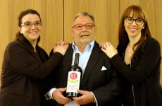 Fausto Maculan, in the middle with a bottle of XL Quarantesima vendemmia, with daughters Angela (on the left) and Maria Vittoria (on the right)