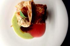 Pancia di maiale, verza cruda e cotta, melograno: il piatto dell'inverno di Alex Leone