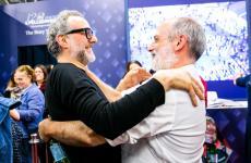 Massimo Bottura e Corrado Assenza uniti in un abbraccio lunedì 25 marzo scorso allo spazio espositivo di S.Pellegrino, in occasione della quindicesima edizione di Identità Milano (fotogallery a cura di Onstage Studio/Sonia Santagostino)
