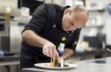 Marc Oberhofer al lavoro. È chef del nuovissimoLampl Stube, all'interno dell'hotel Lamm a Castelrotto (Bolzano)