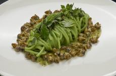 Spaghetti di Kamut alle erbe con lumachine di mare, ossia un piatto (fantastico) del nuovo menu di Andrea Berton(foto Marco Scarpa)