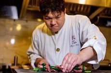 Seiji Yamamotoal lavoro. Classe 1970, è chef alRyuGindi Tokyo, in Giappone