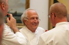 Michel Roux (19 aprile 1941-12 marzo 2020). Col fratello maggioreAlbert ha fondato Le Gavroche a Londra nel 1967(primo ristorante con 3 stelle Michelin in Inghilterra, conservatedal 1981 al 1993)eWaterside Inn a Bray nel 1972 (3 stelle dal 1985 a oggi). foto gettyimages
