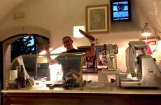 Michele Alesiani, classe 1958, marchigiano, già patron dell'Osteria dell'Arancio a Grottammare Alta (Ascoli Piceno), dal marzo 2013 è titolare nella vicina Cupra Marittima Alta di Pepe Nero, osteria con cucina dove c'è un solo menù a prezzo fisso: 27 euro e mezzo compreso il vino sfuso della casa.