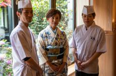 Naoko Aoki in un kimono originale giapponese, titolare dall'apertura nel 1999 di Osaka, autentico ristorante giapponese a Milano. Alla sua destra lo Chef Ikeda, alla sua sinistra lo Sous Chef Takimoto. Foto di Francesco Mion