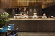 Il bancone del Nishiki, ristorante giapponese gestito dalla famiglia (cinese) degli Zhou, a Milano (fotoAndrea Mariani-A13 Studio)